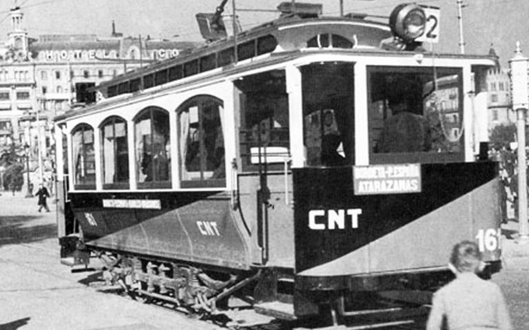 Durch die anarchistische Gewerkschaft CNT kollektivierte Straßenbahn in Barcelona.